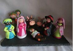 Si vous avez des enfants à occuper et un peu de temps libre, cet article vous propose plusieurs ateliers DIY pour créer les personnages de la crèche de Noël à partir de divers supports : feutrine, papier, carton, fimo ou encore porcelaine froide.