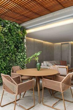 Confira o melhor lugar para fazer seu jardim vertical e veja como é possível ter um canto verde mesmo em pequenos espaços. Outdoor Garden Furniture, Rustic Furniture, Living Room Furniture, Modern Furniture, Home Furniture, Furniture Design, Outdoor Decor, Antique Furniture, Furniture Movers