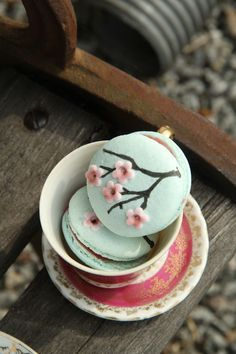 Probably the most beautiful macarons I've seen so far, need to make my own version of these!