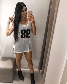 La imagen puede contener: 1 persona, selfie y primer plano Dope Fashion, Urban Fashion, Girl Fashion, Fashion Looks, Womens Fashion, Sporty Outfits, Cute Outfits, Jersey Outfit, Funky Outfits