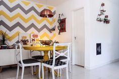 A parede com padronagem chevron (ziguezague) foi desenhada e pintada pelo casal (Foto: Divulgação)