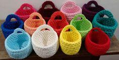 Cestinhos de crochê confeccionados com fio de malha.    O fio de malha é um fio ecológico, produzido a partir de aproveitamento de resíduos têxteis e atualmente é muito procurado para a confecção de tapetes e obejtos de decoração.    Os cestinhos podem ser utilizados como suporte para vasinhos de...