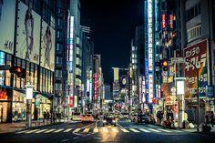 渋谷 Shibuya  Nikon D800, Hand held, ISO800, F2.2  AF Nikkor 50.0 mm f/1.4D    This photo was taken on April 2, 2012 in Japan, using a Nikon D800.