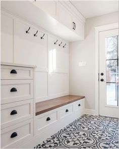 Smart Mudroom Ideas to Enhance Your Home house&; Smart Mudroom Ideas to Enhance Your Home house&; Sonnen Kind einsplusdreisan Flur Smart Mudroom Ideas to Enhance Your […] room layout with entry Mudroom Laundry Room, Laundry Room Design, Mud Room Lockers, Bathroom Closet, Mudrooms With Laundry, Bathroom Wall, Closet Mudroom, Mudroom Cubbies, Mudroom Cabinets