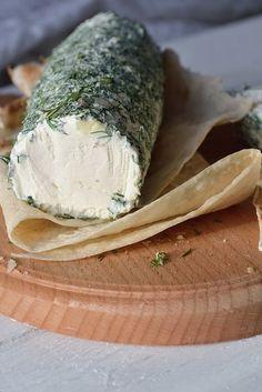 Творожный сыр из сметаны и кефира.Вкусно, кремовый, как очень очень густая сметана, совершенно не кислый и конечно совершенно без крупинок: вкусно:))Отлично в салаты, как намазку на хлеб. Хорошо бу…