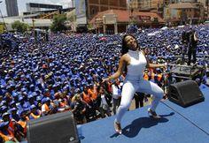 De Democratische Alliantie, de grootste oppositiepartij van Zuid-Afrika, houdt een feestelijke optocht in het centrum van Johannesburg. De partij roept op tot meer banen. De Democratische Alliantie is een liberale partij en de grootste uitdager van het ANC, de partij van Nelson Mandela en de huidige president Jacob Zuma.