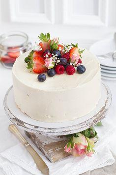 """""""Now gentlemen, if you care to join me in the parlor. We will be serving white cake."""" Ich liebe ja den Film Django Unchained und diese Szene mit Leonardo DiCaprio ist definitiv eines meiner Liebsten. Kein Wunder also, dass ein klassischer White Cake schon lange auf meiner Backliste steht. Nicht nur, weil ich den schon …"""