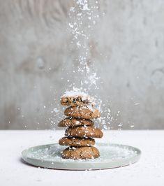 Disse lækre cookies indeholder sprøde hasselnødder og to forskellige slags chokolade. Få opskriften hos Copenhagen Cakes <3