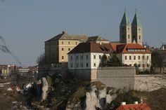 Bezoek het kasteel van Veszprém in #Hongarije. De stad ligt in het Bakony-gebied op 13 km van het zuidelijk gelegen Balatonmeer en het badstadje Balatonalmádi en op 15 km van Csopak en de 3 km verder gelegen en bekendste badplaats Balatonfüred.