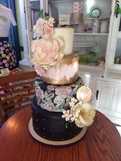 Sugar flowers, hand painted flowers, gold and pink, gold petal, four tier wedding cake. #peridotsweets