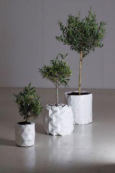"""Vaso Growth  Designers ingleses, do Studio Ayaskan, criaram uma peça no padrão de origami que """"cresce"""" (ganhar mais altura e largura) conforme a planta se desenvolve."""