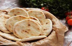 Domácí chléb, tak jak ho neznáme. Klidně ho můžeme nazvat bratrancem indického čapátí, arménské Lavasy, či irácké lafy. Tak či onak, jeho chuť je nezaměnitelná a hodí se ke všemu. K polévkám, k masu, ale i k obyčejnému zeleninovému salátu. Když ho jednou připravíte, celkem si ho zamilujete. Co budete potřebovat 400 g polohrubé …