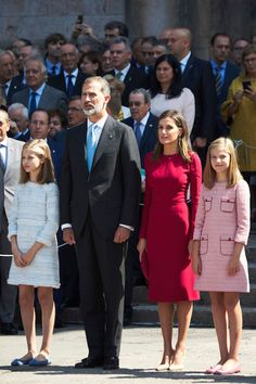 Royal news: Queen Letizia of Spain stuns in a chic red pencil dress on visit with daughters Leonor and Sofía Princess Letizia, Queen Letizia, Princess Sofia, Princess Outfits, Princess Style, Pencil Dress Outfit, Kurta Style, Spanish Royal Family, Color Me Beautiful