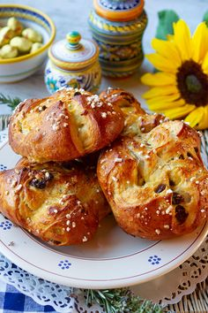 Lightly flavored with rosemary and raisins, these not too sweet Easter buns are a specialty in Tuscany. Tuscan Recipes, Italian Recipes, Spring Recipes, Easter Recipes, Bagel Bread, Easter Bun, Rustic Cake Stands, Sweet Buns, How To Make Bread