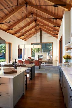 Delightful Sonoma wine country weekend retreat for relaxation This modern family home was designed as a warm and welcoming weekend retreat by BK Interior Design in the beautiful wine country of Sonoma, California. Rustic Home Design, Modern House Design, Decor Interior Design, Modern Interior, Color Interior, Interior Ideas, Wood House Design, Country House Design, Country Interior