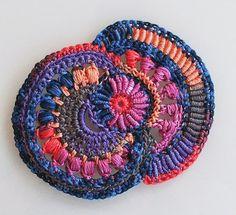 http://aventurestextiles.blogspot.be/2013/05/scrumble-et-bullion-stitch-la-sauce.html