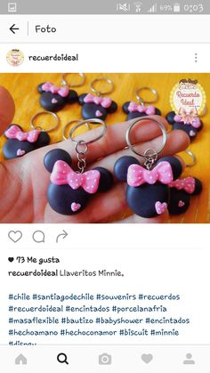 Chaveiro minie Cute Polymer Clay, Cute Clay, Fimo Clay, Polymer Clay Charms, Polymer Clay Creations, Polymer Clay Jewelry, Disney Diy, Disney Crafts, Mickey Mouse Jewelry