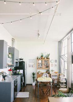 Une salle à manger à l'esprit champêtre avec une guirlande guinguette