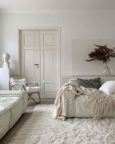 white living room aesthetics // white rug and sofa // white painted walls Living Room Interior, My Living Room, Home And Living, Living Room Decor, Bedroom Decor, Dream Home Design, Home Interior Design, Home And Deco, Home Decor Inspiration