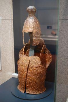 <h3>Ancient Korea Armour collection </h3>한일 역사판에서 쓰이는 백제 고구려 신라 가야 삼국시대 갑옷 갑주 투구 헬멧 사진 전부 다 모아놨습니다. 역사판에서 쓰이는 토론용 떡밥들은 거짐 모아놨으니 곁가지만 붙여서 사용하시면 됩니다.1500년전 삼국시대 갑옷들은 특히 무기류 부장풍습이 있던 가야고분에서 많이 발굴되는데 두종류가