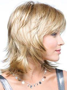 Vista lateral de la pelusa en capas peinado para el cabello grueso