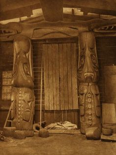 Front Interior Posts of a Koskimo House (The North American Indian, v. Norwood, MA: The Plimpton Press, by Edward Sheriff Curtis Native American Beauty, Native American Photos, American Spirit, Native American History, Native American Indians, Native Americans, American Life, Native Indian, Native Art