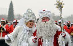 No Quirguistão, atores vestidos como personagens tradicionais russos participam de um desfile de Ano Novo em Bishkek, capital do país. Ele é...