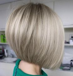 Neat and Sleek Ash Blonde Bob - Frisuren - Cheveux Choppy Bob Hairstyles, Bob Hairstyles For Fine Hair, Short Bob Haircuts, Sleek Hairstyles, Blonde Hairstyles, Haircut Bob, Haircut Medium, Men's Hairstyle, Stacked Haircuts
