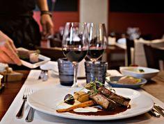 ユーリ(Juuri)はヘルシンキで最も独創的な食を楽しめる場所の一つで、おいしい一口サイズのタパスを食べさせてくれる素敵なレストラン。「サパス(Sapas)」-スオメン・タパス(Suomen Tapas)-はユーリが自称するフィンランド風タパスの呼び方。このジューシーな料理は、北欧の人気料理をコンパクトにしたもので、シャキシャキしたマスタード付の伊勢海老やカッテージチーズを詰めたキャベツの葉などが付け合せなどを味わうことができます。Korkeavuorenkatu 27 00130 Helsinki