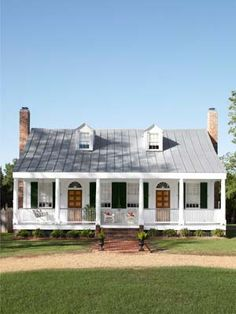We Can't Stop Ogling This Historic Home Renovation Previously buried under decades of neglect, Tere and Mac Thomas's Mississippi home has new stories to tell, thanks to diligent research—and a stunning three-year gut renovation. Remodeling Mobile Homes, Home Remodeling, Mobile Home Renovations, Mobile Home Makeovers, House Makeovers, Farmhouse Design, Farmhouse Style, White Farmhouse, Farmhouse Ideas