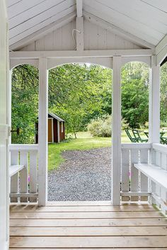 Veranda in weiss Swedish Cottage, Swedish House, Porches, Sunrooms And Decks, Pergola, Victorian Porch, Ranch Remodel, House Of Beauty, Scandinavian Home