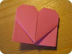 Ganz schnell und einfach kann man diese niedlichen Origami Herzen falten, die sich prima als Lesezeichen eignen. Sicherlich auch eine nette, kleine Geschenkidee, oder? Du kannst sie ganz einfach mit meiner Anleitung nachmachen. Du brauchst dazu nichts weiter, als ein quadratisches Stück Papier. Ich habe mir aus Magazinen und Geschenkpapier welche zugeschnitten und Notizblockpapier verwendet. Wie groß die Quadrate sind, ist prinzipiell dir überlassen. Meine sind etwa 9 x 9 cm groß. Falte das…