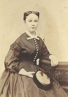CDV PHOTO VERY BEAUTIFUL YOUNG WOMAN NICE BUTTON DOWN DRESS 3 CENT TAX STAMP CWE