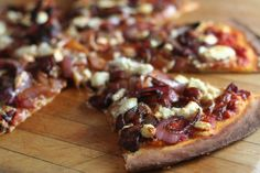 Pizza on the grill nights.Balsamic Onion, Bacon, and Goat Cheese Pizza. Looks super good! Goat Cheese Pizza, Bacon Pizza, Pizza Pizza, Pizza Food, Pizza Bites, Balsamic Onions, Balsamic Chicken, Balsamic Vinegar, Dessert