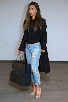 Street style | Boyfriend jeans, black shirt, black coat and tanned heels