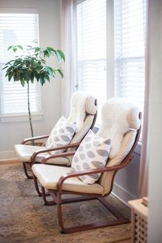 22 white Poang chair with printed cushions and fur covers - DigsDigs - IKEA Ikea Poang Chair, Ikea Armchair, Ikea Chairs, Dining Chairs, Swivel Chair, Ikea Living Room Chairs, Dining Room, Chair Bench, Apartment Chic