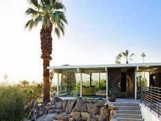 Vivid colours, curious patterns and a series of striking material elements combine to produce this rather dazzling mid-century home in Palm Springs. Stairs Colours, Palm Springs Style, Mid Century House, Mid Century Design, Modern House Design, Interior And Exterior, Interior Design, Exterior Stairs, Modern Architecture