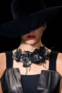 Buy Flowers from the skin. - black, natural to . Textile Jewelry, Fabric Jewelry, Beaded Jewelry, Jewellery, Beaded Necklace, Leather Necklace, Leather Jewelry, Leder Outfits, Fabric Necklace
