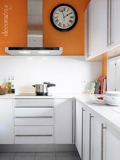 cocina_color_blanca_y_naranja