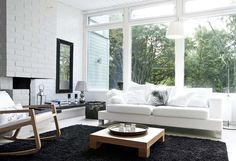 Kaksi  mattoa kiinnitettiin toisiinsa, jotta saatiin tarpeeksi iso yhtenäinen matto tilavaan olohuoneeseen | Suojaisan pihan syleilyssä | Koti ja keittiö
