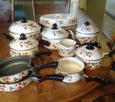 Vintage China Cookware Sets You Can Collection - Mbantool Enamel Cookware, Cast Iron Cookware, Strawberry Kitchen, Strawberry Recipes, Vintage Kitchenware, Vintage Kitchen Decor, Strawberry Fields, Strawberry Shortcake, Strawberry Pictures
