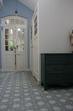 Closet door design. (klassieke tegelvloer)