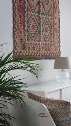 Valkoinen, vaalea, olohuone, itämainen matto, moderni sisustus, ryijy, vaalea sisustus, itämainen matto seinällä,