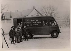 For Book Lovers, Bookmobiles Are Oddly Romantic! Here Are 23 Fascinating Vintage Photos of American Bookmobiles From the Past Little Free Libraries, Little Library, Library Rules, Free Library, Mobile Library, Vintage Library, Blue Books, Missouri, Book Lovers