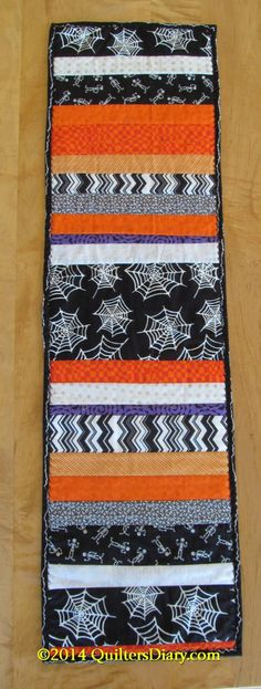 Halloween Quilt-as-You-Go Table Runner Sie Herbst Tischläufer Sie Herbst Tischläufer Halloween Quilts, Halloween Sewing Projects, Sewing Crafts, Halloween Placemats, Halloween Quilt Patterns, Halloween Crochet, Table Runner And Placemats, Table Runner Pattern, Quilted Table Runners