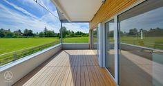 Individuell geplantes Mehrfamilienhaus Modernes Mehrfamilienhaus Erstling. Großzügiger Balkon/Terrasse aus Holz mit Überdachung. Bodentiefe Fenster und Schiebeelemente. Traumhafter Ausblick