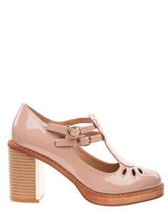 Beige blanka skor med klossklackar. Skorna har många fina detaljer. Klacken är träfanerfärgad och på insidan sitter en ljust guldfärgad metallplatta.