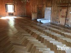 GEBRAUCHSFERTIG OXIDATIV NATUR GEÖLT LÄNGE: 790 mm BREITE: 150 mm STÄRKE: 10 mm SYSTEM: Dropdown Clic mit Fase AUFBAU: 2-Schicht Designdiele #hafroedleholzböden #parkett #böden #gutsboden #landhausdiele #bödenindividuellwiesie #vinyl #teakwall #treppen #holz #nachhaltigkeit #inspiration Hardwood Floors, Flooring, Vinyl, Design, Inspiration, Wood Floor, Stairways, Sustainability, Oak Tree