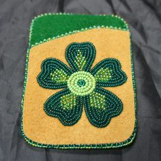 Moosehide debit card holder with green flower design Beaded Purses, Beaded Bags, Beaded Jewelry, Loom Beading, Beading Patterns, Beading Ideas, Loom Craft, Beaded Lanyards, Nativity Crafts