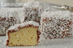 Lamingtons are an Australian specialty cake. Small squares of white cake are dipped in a chocolate frosting and then covered in coconut. With Demo Video Australian Desserts, Australian Food, No Bake Desserts, Dessert Recipes, Mini Desserts, Lamingtons Recipe, Yummy Treats, Sweet Treats, Cake Dip